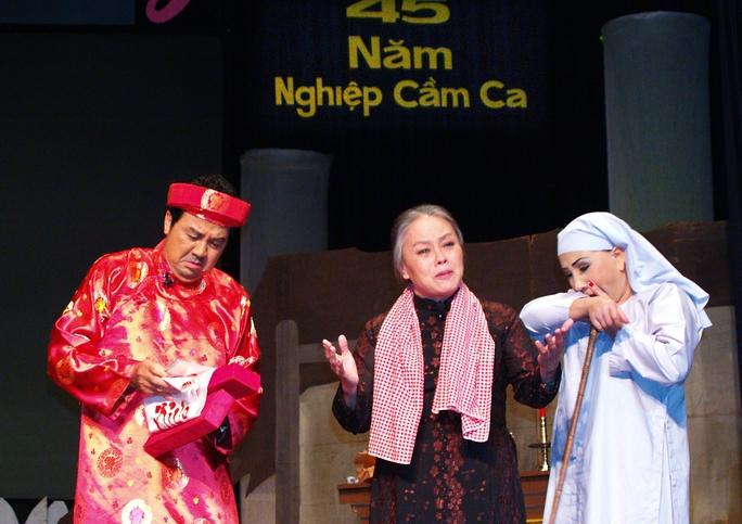 NSƯT Thanh Nguyệt (giữa) trong vai bà mẹ, cùng với danh hài Bảo Quốc, NSND Lệ Thủy trong trích đoạn Áo cưới trước cỗng chùa, trên sân khấu Nhà hát TP (chương trình live show 45 năm nghiệp cầm ca của NSND Lệ Thủy)