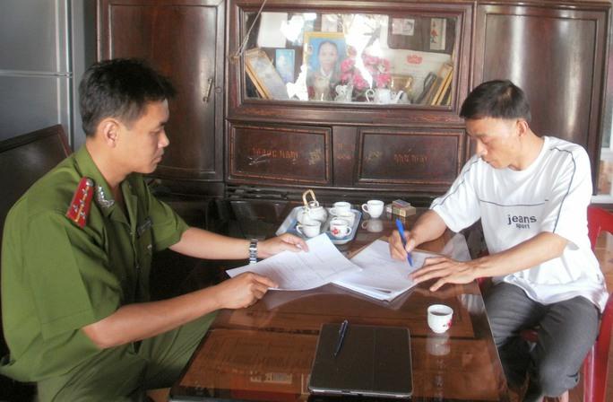 Ngô Văn Chiến (trên) và Trần Đình Sự ký vào lệnh bắt tạm giam