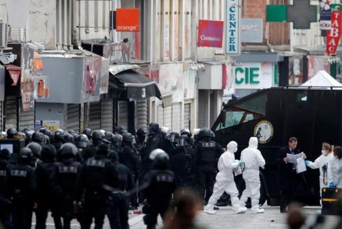 An ninh Pháp dồn về trong vụ bố ráp ở Saint-Denis hôm 18-11. Ảnh: Reuters
