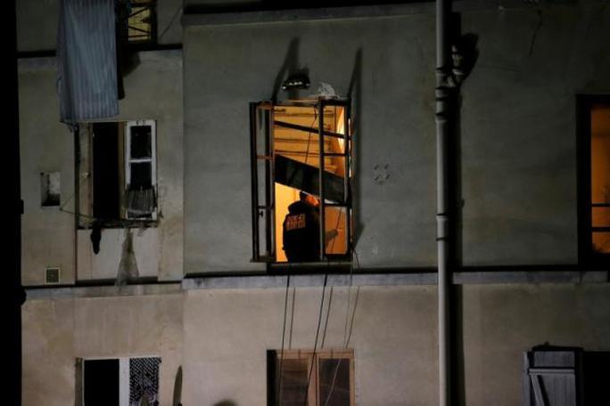 Cảnh sát lục soát ngôi nhà mà bọn khủng bố trú ẩn. Ảnh: Reuters