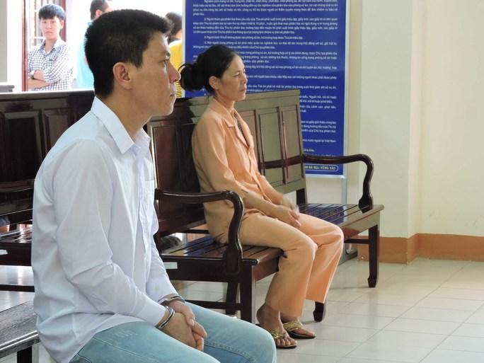 Bị cáo Bùi Đức Đồng cùng người mẹ lặng lẽ ngồi trong phòng khi HĐXX nghị án