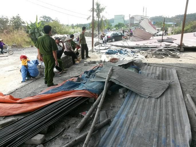 Lực lượng chức năng phong tỏa hiện trường để điều tra làm rõ vụ tai nạn đặc biệt nghiêm trọng