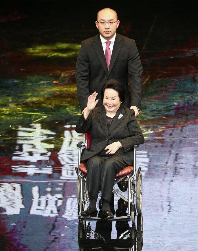 Diễn viên Lý Lệ Hoa lên sân khấu nhận giải
