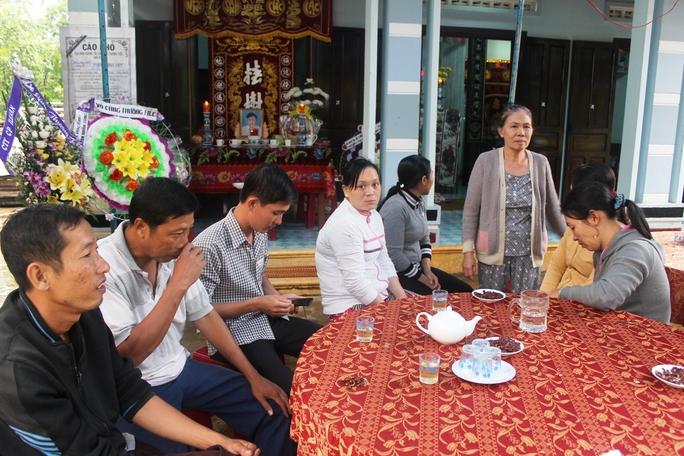 Người thân đau buồn trước cái chết của em Phạm Minh H. Ảnh: KỲ NAM