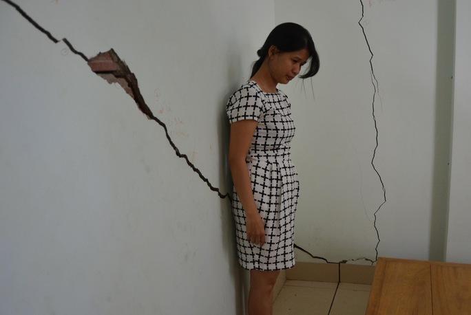 Tường của nhà bà Đỗ Thị Thu Hà bị nứt do thi công chung cư cao cấp F Home
