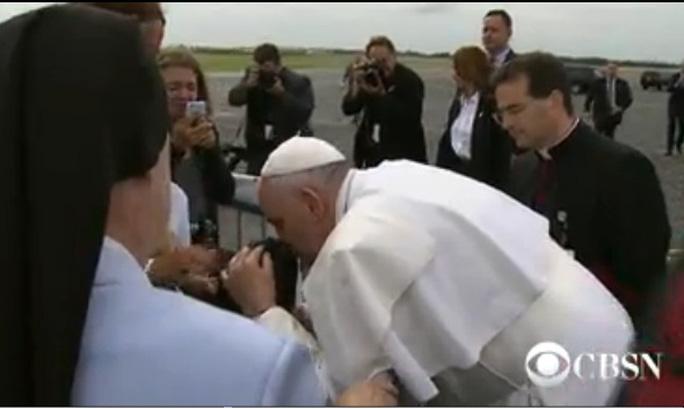 Giáo hoàng dừng xe, hôn cậu bé bại não