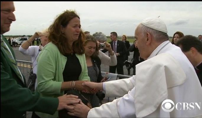 Kristin Keating, mẹ của cậu bé Michael, khóc nức nở khi nắm tay Giáo hoàng.