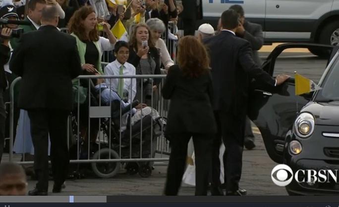 Giáo hoàng cho dừng xe khi thấy cậu bé nằm trên xe lăn sau hàng rào.