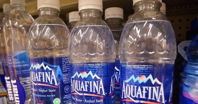 Nước đóng chai Aquafina. Ảnh: Greenpeace USA