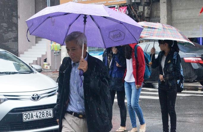 Người Hà Nội co ro trong mưa rét đầu mùa