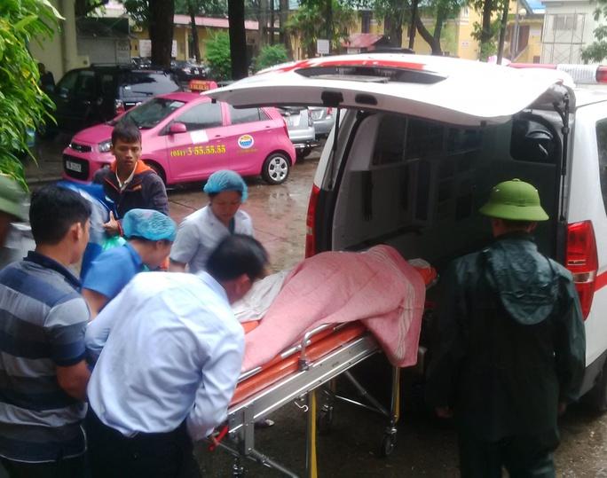 Người nhà đưa thi thể sản phụ Hà về nhà vào ngày 12-10