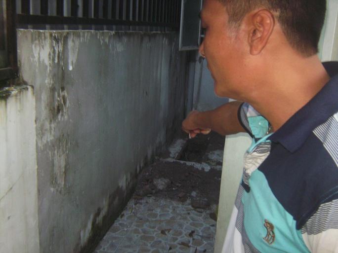 Hố nhỏ dưới nền gạch ở hành lang bên nhà, nơi được cho là Tâm đã chôn cháu Thắng
