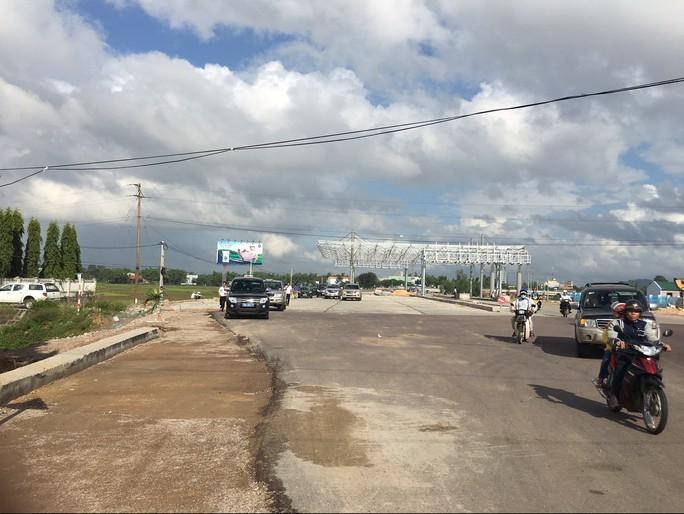 Sau vài phút dừng xe kiểm tra tại điểm đang xây dựng trạm thu phí Quốc lộ 1, đoạn qua thị xã An Nhơn, đoàn công tác của Bộ GTVT lại lên đường