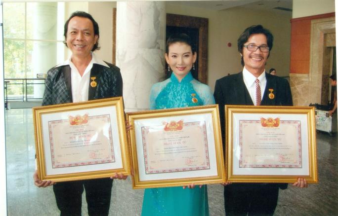 NSƯT Nguyễn Công Ninh, Thanh Hoàng và Mỹ Uyên trong ngày đón nhận danh hiệu Nghệ sĩ ưu tú do nhà nước phong tặng