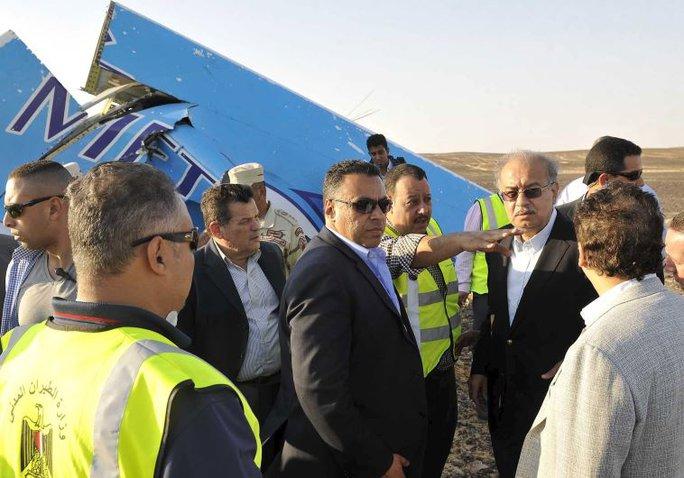 Các quan chức Ai Cập tại hiện trường rơi máy bay Nga. Ảnh: Reuters