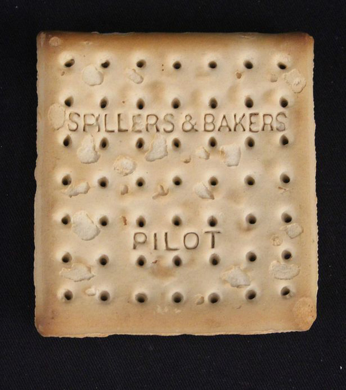 Chiếc bánh quy 103 tuổi được bán với giá hơn 500 triệu đồng. Ảnh: PA