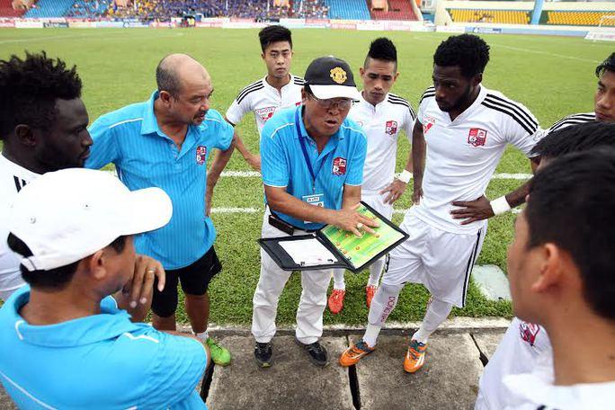 HLV Trần Bình Sự chỉ đạo chiến thuật cho các cầu thủ Đồng Nai trước trận