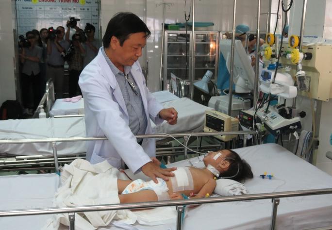 Bé N.N.P.T. đang được chăm sóc tại BV Nhi Đồng 1 sau khi khối bướu đã được lấy ra khỏi gan