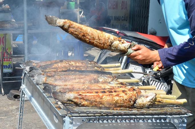 Nướng cá, thịt nên để thức ăn xa nguồn lửa và tránh khói bếp. Ảnh: Tấn Thạnh