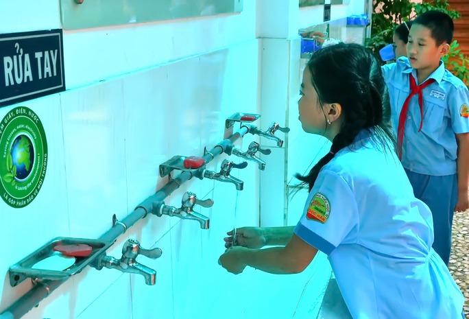 Nên rửa tay bằng xà phòng trước khi ăn và sau khi đi vệ sinh để tránh mầm bệnhẢnh: Tấn Thạnh