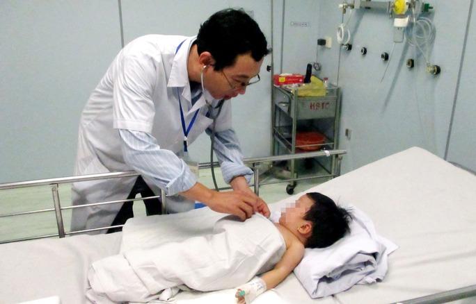 Một cháu bé bị tai nạn đuối nước được cứu sống nhờ sự sơ cứu đúng cách của một người hàng xóm và các biện pháp chăm sóc tích cực tại Bệnh viện Nhi Đồng 1