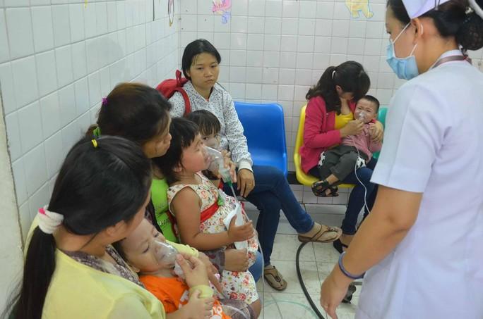 Trẻ em đang chờ khám và điều trị tại Bệnh viện Nhi Đồng 2 (TP HCM)Ảnh: Tấn Thạnh