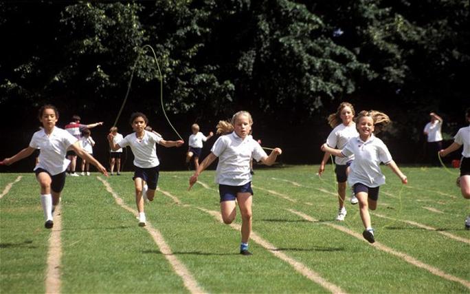 Trẻ thường tập luyện thể dục có mạch máu dẻo dai hơn trẻ ít vận động Ảnh: The Telegraph