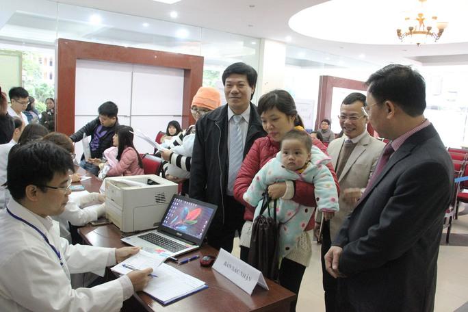 Người dân đưa trẻ đến tiêm chủng tại Trung tâm Y tế dự phòng Hà Nội sau khi đăng ký tiêm vắc-xin Pentaxim qua mạngẢnh: Nguyễn Hưởng