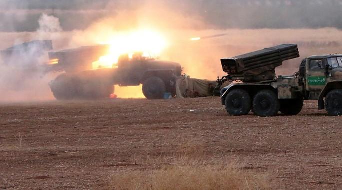 Quân đội Syria bắn tên lửa Grad vào các vị trí của IS giữa 2 tỉnh Homs và Hama. Ảnh: RIA Novosti