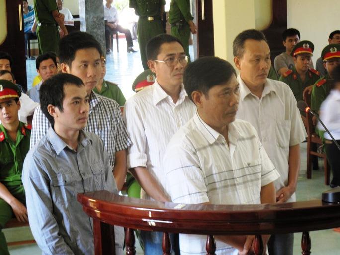 5 bị cáo trong vụ Công an dùng nhục hình dẫn đến chết người (Bị cáo Lê Đức Hoàn thứ 2 từ phải sang)