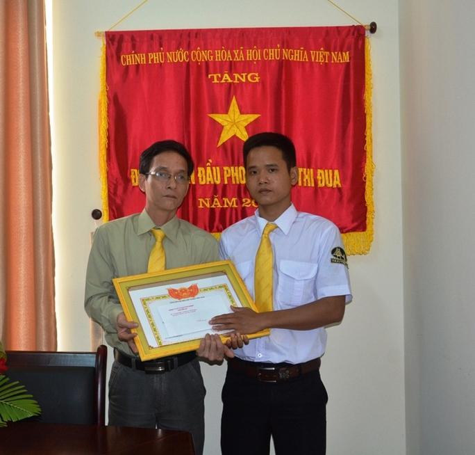 Tài xế Cao Đức Long ( bên phải) nhận phần thưởng của Công ty.