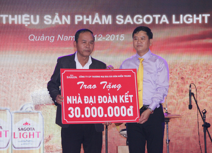 Lê Văn Tài Giám đốc Công ty CP Thương mại Bia Sài Gòn Miền Trung(bên phải) trao cho đại diện UBMT TQ Quảng Nam tiền hỗ trợ xây nhà đại đoàn kết.
