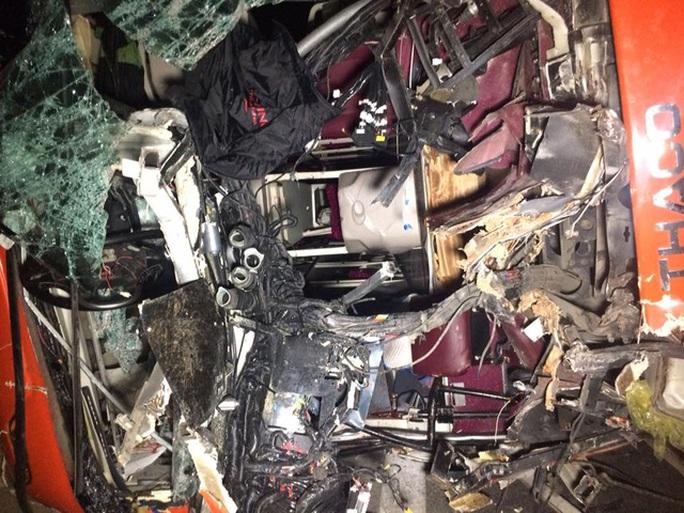 Chiếc xe khách giường nằm hư hỏng nặng sau vụ tai nạn nghiêm trọng khiến 19 người thương vong