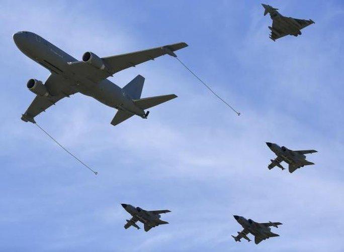 Máy bay bay theo đội hình trong cuộc diễn tập quân sự của NATO. Ảnh: Reuters