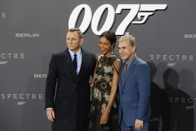 Daniel Craig, Naomie Harris, Christoph Waltz trong buổi quảng bá Spectre tại Đức