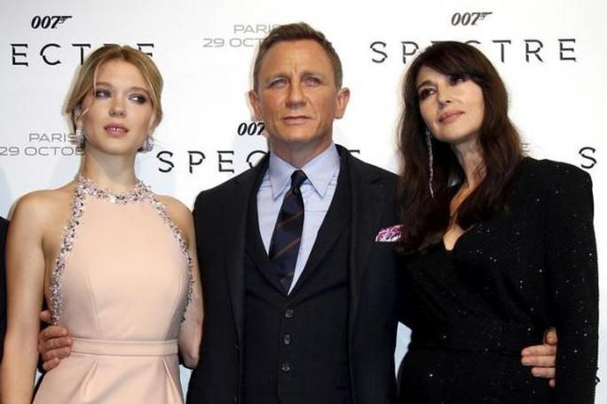Những cảnh lãng mạn giữa Daniel Craig (giữa) và hai bạn diễn nữ bị cắt bỏ nhiều khi Spectre công chiếu tại Ấn Độ