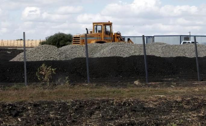 Xe ủi đất được nhìn thấy tại khu căn cứ. Ảnh: Reuters