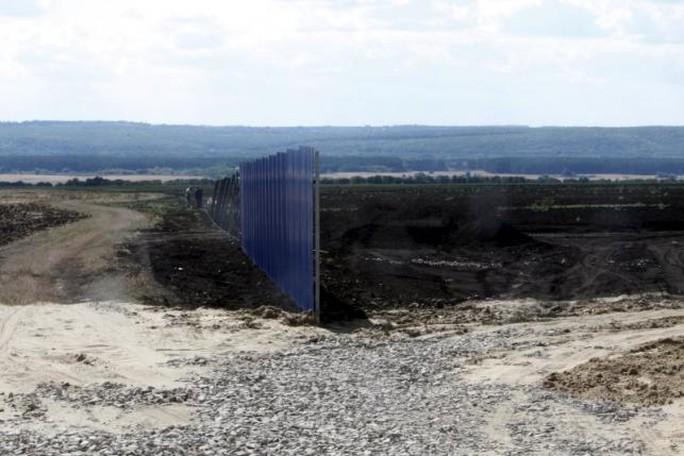 Hàng rào đã được dựng lên. Ảnh:Reuters
