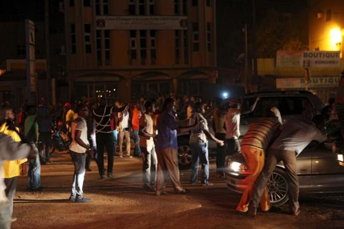Cuộc biểu tình phản đối vụ bắt giữ diễn ra bên ngoài dinh tổng thống. Ảnh: Reuters