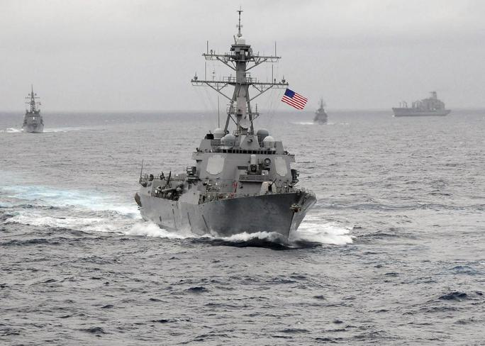 Tàu khu trục mang tên lửa dẫn đường USS Lassen của Mỹ tuần tra trong phạm vi 12 hải lý đảo nhân tạo mà Trung Quốc xây dựng phi pháp ở quần đảo Trường Sa của Việt Nam - Ảnh: Reuters