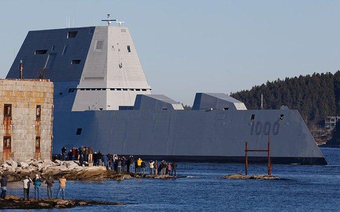 Tàu USS Zumwalt rời sông Kennebec ở thị trấn Phippsburg, bang Maine. Ảnh: AP