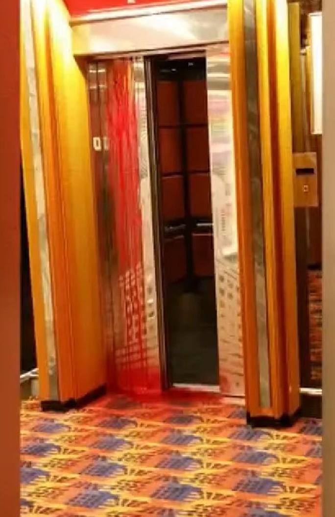 Máu chảy tràn từ thang máy.... Ảnh: Fox 4