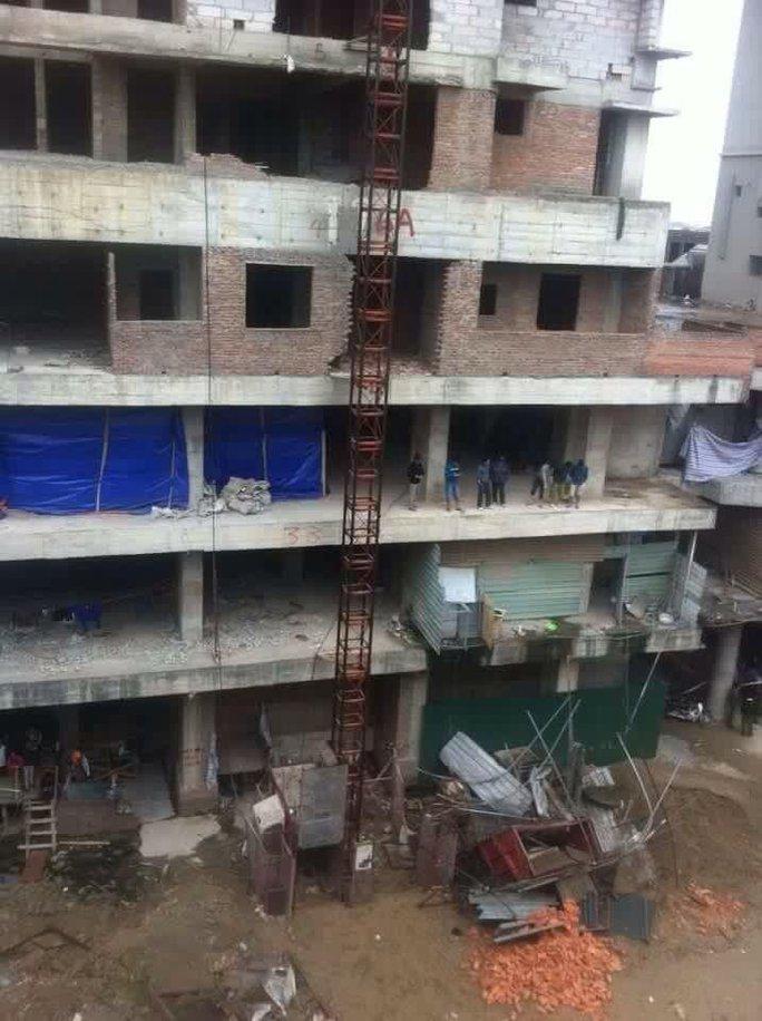 Chiếc vận thăng rơi từ tầng trên của tòa nhà đang xây