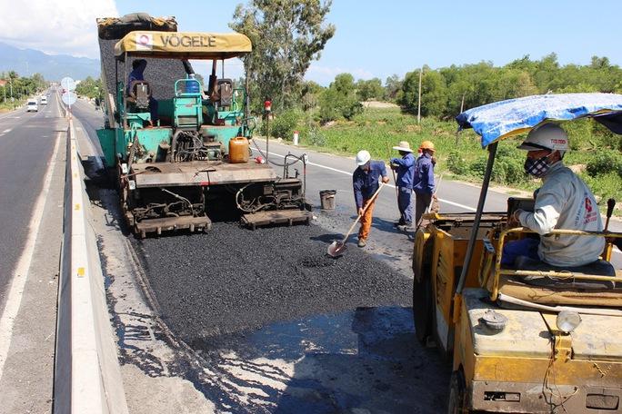 Đơn vị thi công đang sửa chữa một hố lớn trên Quốc lộ 1, đoạn qua huyện Vạn Ninh, tỉnh Khánh Hòa Ảnh: Kỳ Nam