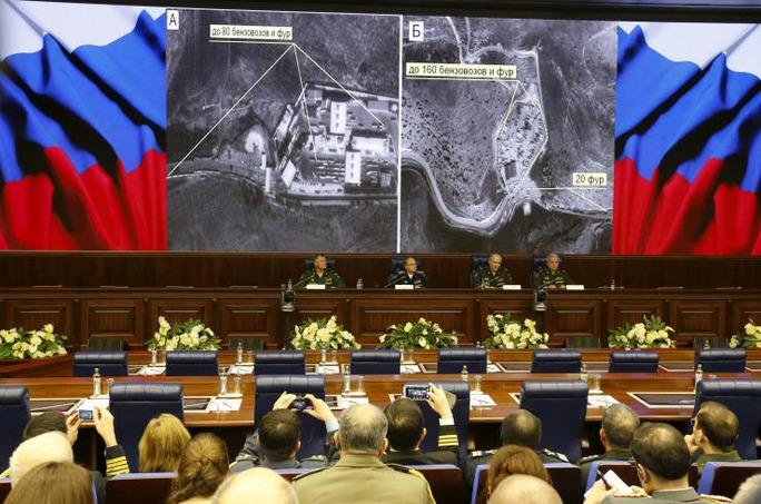 """Bộ Quốc phòng Nga hôm 2-12 trưng hình ảnh vệ tinh chụp hoạt động """"buôn lậu dầu""""  từ lãnh địa của IS tại Syria và Iraq đến Thổ Nhĩ Kỳ Ảnh: Reuters"""