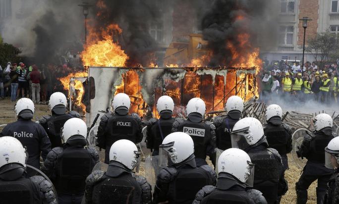 Nông dân biểu tình đốt xe tải bên ngoài trụ sở Hội đồng EU hôm 7-9Ảnh: REUTERS