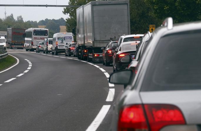 Xe cộ nối nhau trước khi đến trạm kiểm soát biên giới Áo - Đức hôm 14-9 Ảnh: REUTERS