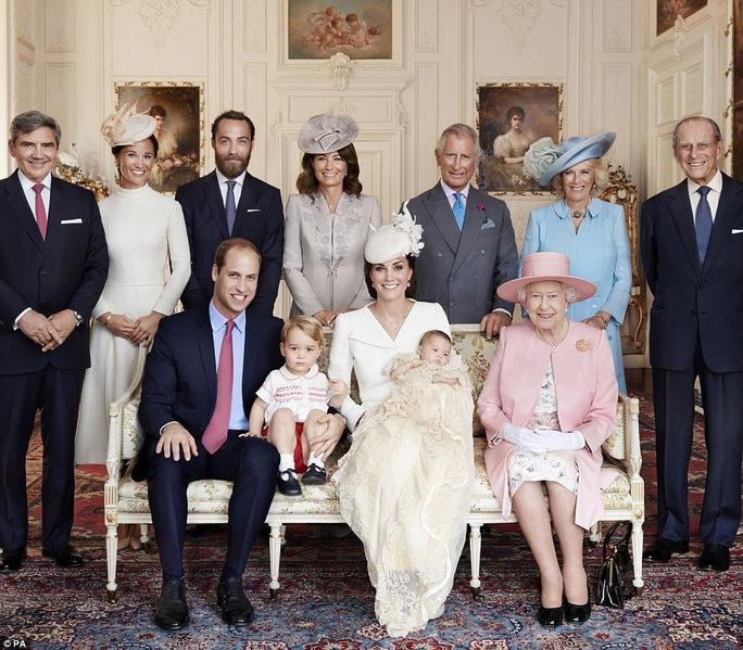Nữ hoàng Elizabeth (ngồi, bìa phải) cùng các thành viên Hoàng gia Anh Ảnh: PA