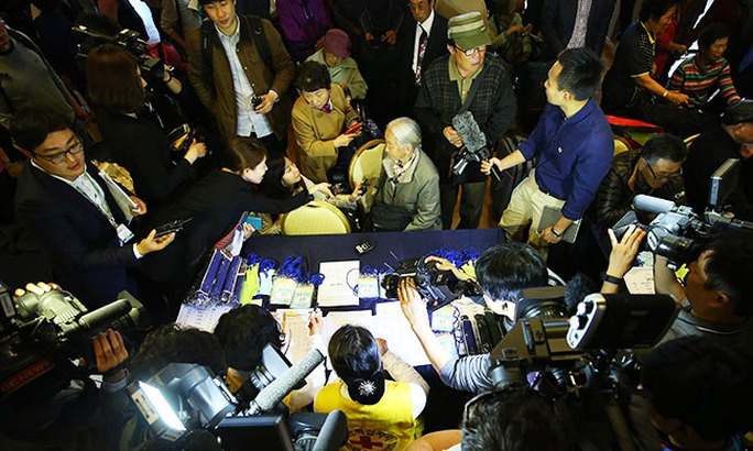 Bà Lee Soon-kyu (giữa) trả lời phỏng vấn tại khách sạn ở TP SokchoẢnh: Yonhap