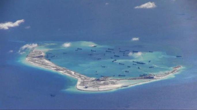 Hoạt động cải tạo trái phép của Trung Quốc tại Đá Vành khăn trên biển Đông Ảnh: REUTERS